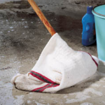 Eponger le sol avec une serpillière