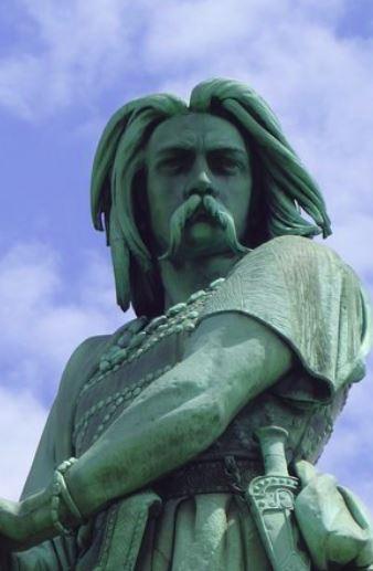 Vercingétorix, né aux environs de -80 sur le territoire des Arvernes (actuelle Auvergne, et mort à l'automne -46 à Rome, est un chef et roi des Arvernes. Il fédère une partie des peuples gaulois dans le cadre d'une révolte contre les forces romaines au cours de la dernière phase de la guerre des Gaules de Jules César.